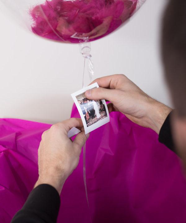 Balon z helem i piórkami w pudełku – Wspomnienie