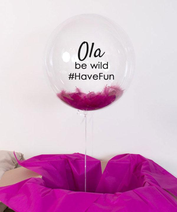 Przezroczysty balon z helem i piórami  – Be Wild Have Fun