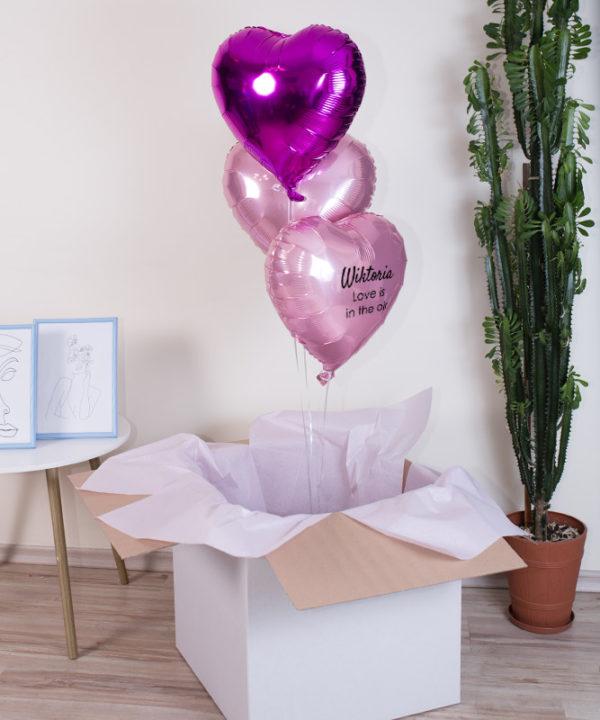 Trzy różowe balony z imieniem i napisem LOVE IS IN THE AIR