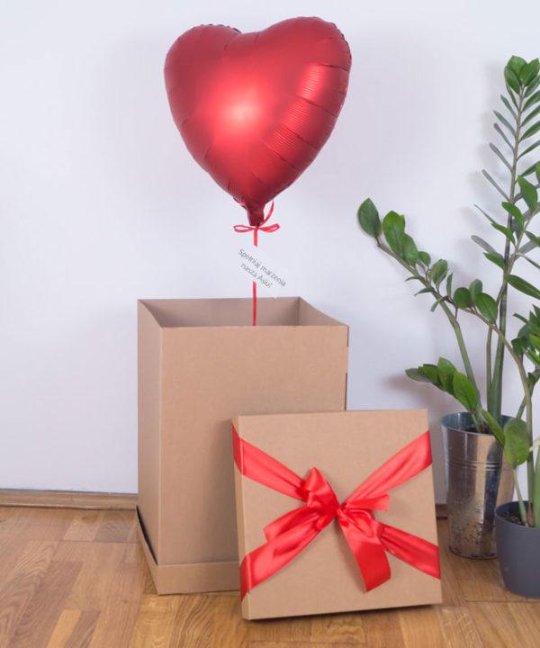 Czerwone serce z helem w pudełku prezentowym