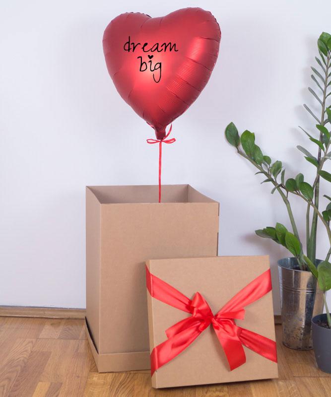 czerwony balon w pudełku