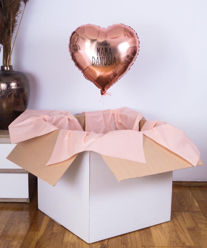balon z helem w pudełku na prezent