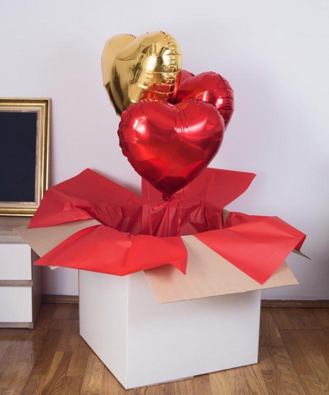 pudeło z trzema balonami z helem na prezent