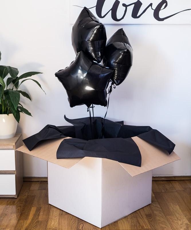 czarne balony z helem w pudełku