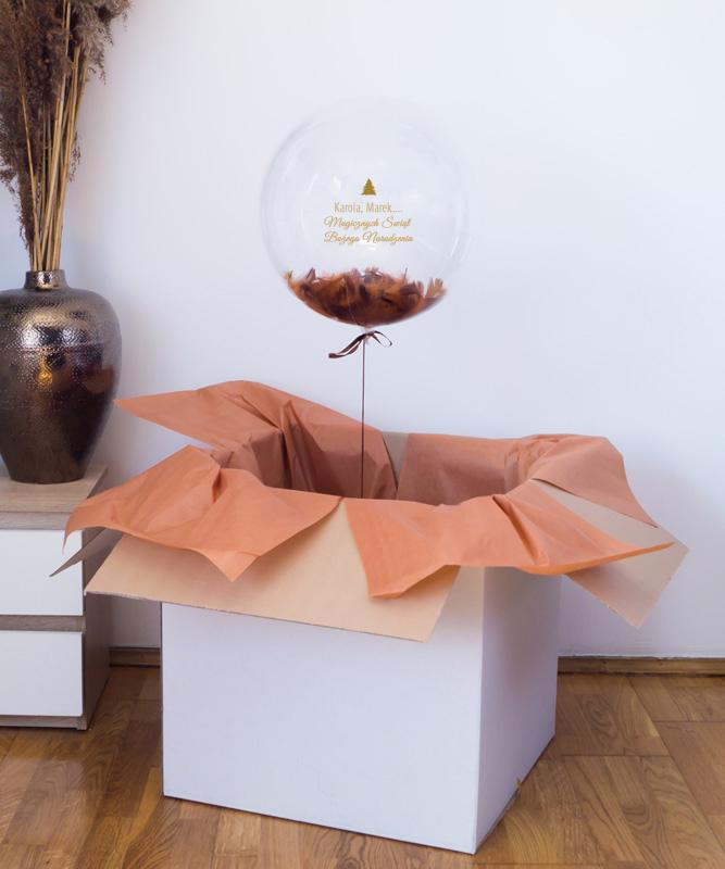 Balon kula z helem w pudełku na Boże Narodzenie