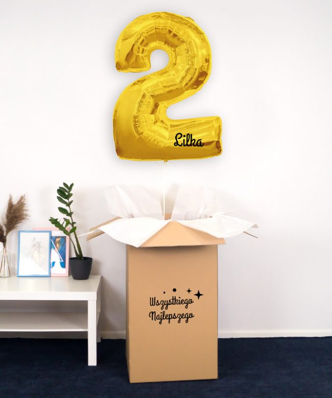 balon cyfra z helem i imieniem w pudełku