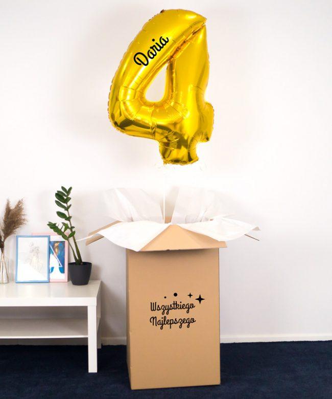 balon cyfra 4 z helem w pudełku