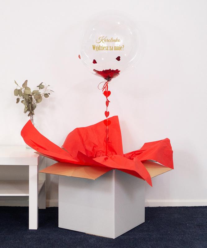 balon z helem w pudełku na zaręczyny