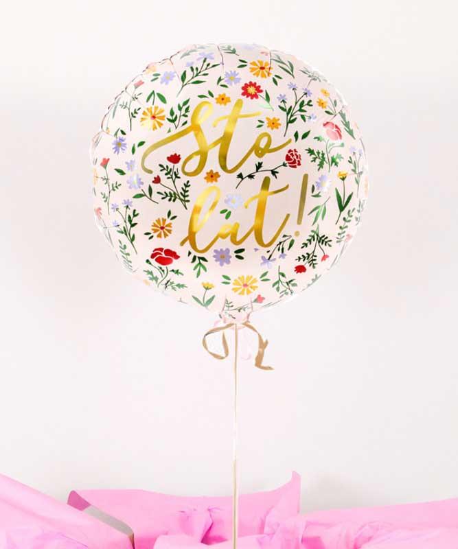 Balon napełniony helem w pudełku na urodziny